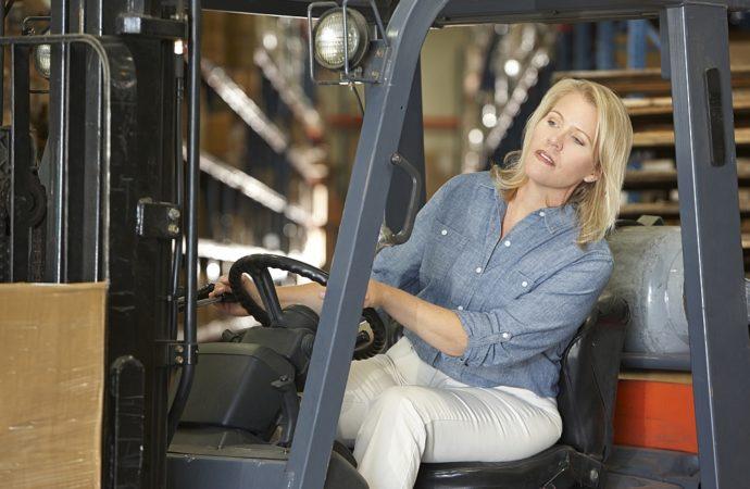 Czym kierować się kupując wózki podnośnikowe elektryczne?